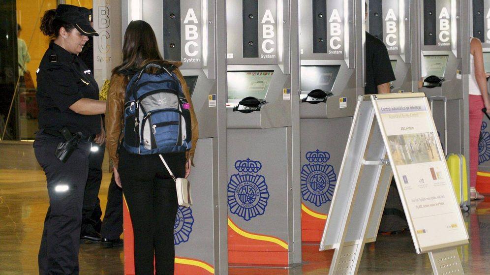 Foto: Control de pasaportes en el aeropuerto de Barajas. (EFE)