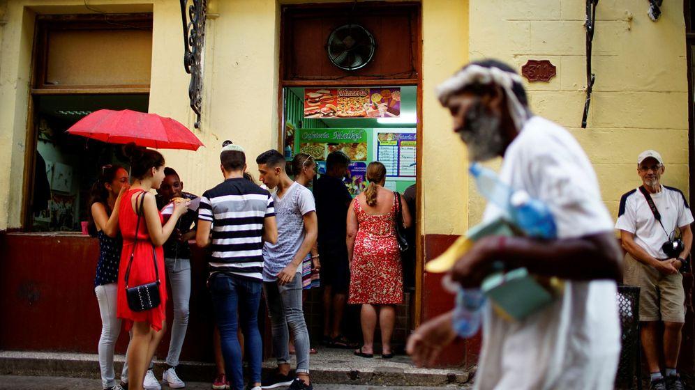 Foto: Un grupo de personas espera en el exterior de un paladar en La Habana, el 1 de agosto de 2017. (Reuters)