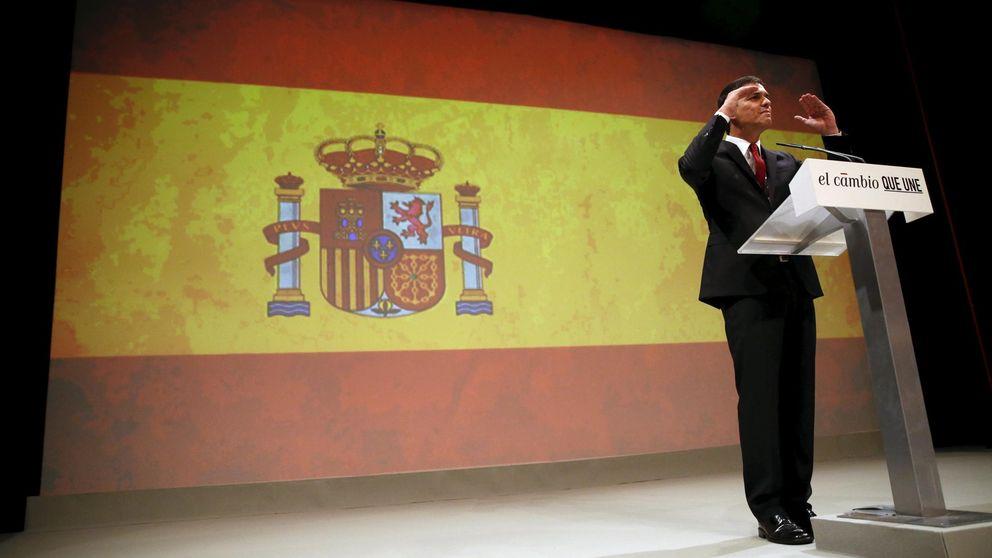 Pedro Sánchez se envuelve en la bandera nacional