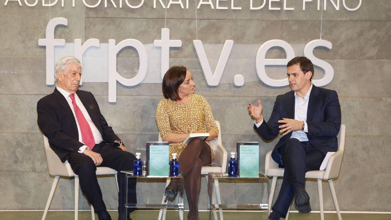 Mario Vargas Llosa, Pepa Bueno y Albert Rivera durante la presentación. (Gtres)