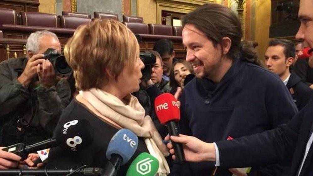 Foto: Momento del encuentro entre Celia Villalobos y Pablo Iglesias. (TVE)
