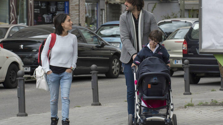 Melendi y Julia llevando al pequeño Marco a clases de karate. (Cordon Press)