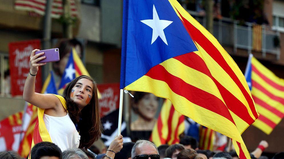 Foto: Una joven se hace una foto en Barcelona durante la manifestación de la Diada. (EFE)