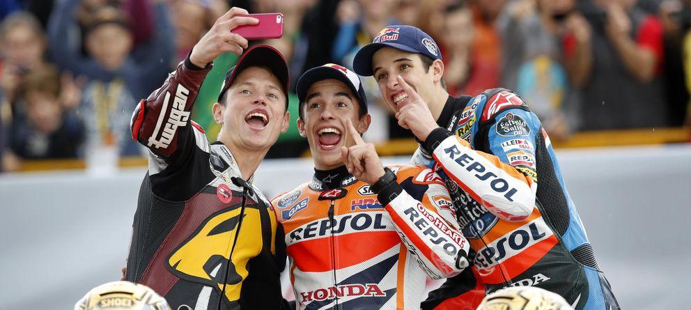 Foto: Tito Rabat, Marc y Àlex Márquez se hacen un selfie en el GP de Valencia (AP).