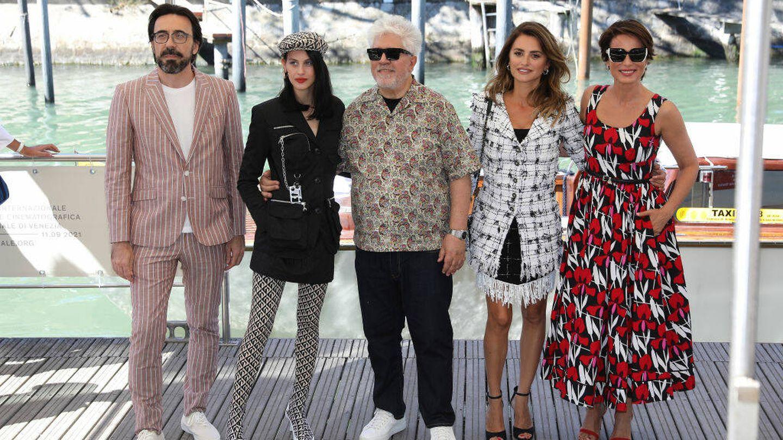 El equipo de la película 'Madres paralelas',  en el Festival de Venecia 2021. (Getty)