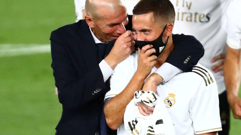 Zidane abraza a Eden Hazard. (Efe)