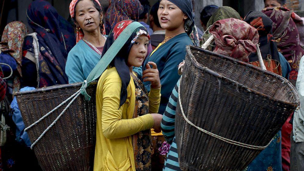 Foto: Mujeres nepalís esperan la llegada de ayuda humanitaria (Efe).