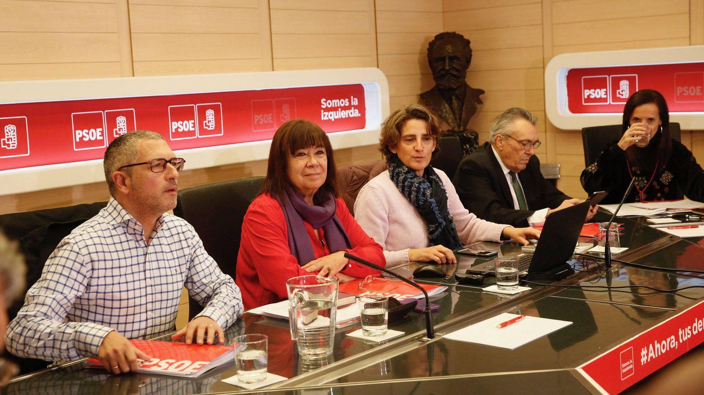 La presidenta del PSOE, Cristina Narbona, junto a Teresa Ribera (con chaqueta blanca), Hugo Morán (i), Manu Escudero y Beatriz Corredor, en la reunión del Consejo Asesor para la Transición Ecológica de la Economía del PSOE, el pasado 15 de diciembre en Ferraz. (Inma Mesa | PSOE)