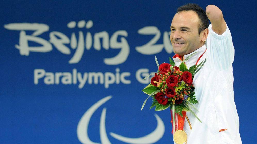 Foto: Ricardo Ten, con la medalla de oro en los 100m braza durante los JJOO de Pekín. (Imago)