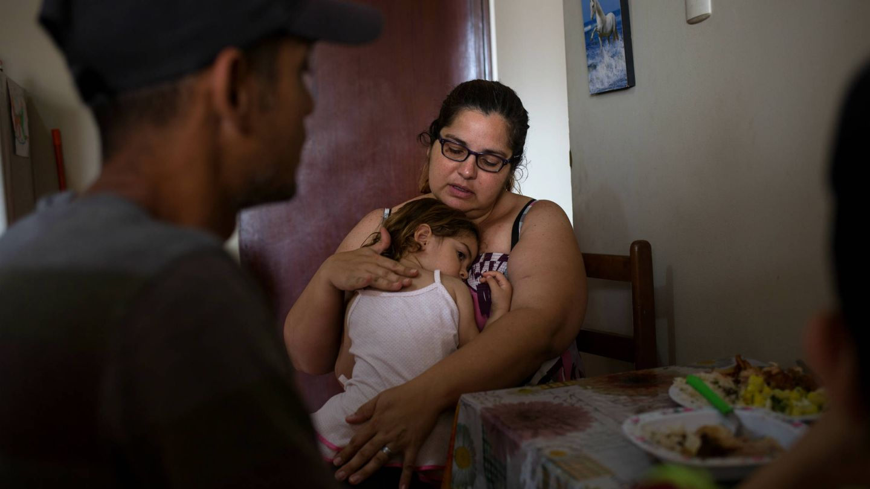 La familia come en el pequeño apartamento donde han conseguido alojarse en Lima. (L. Arango)