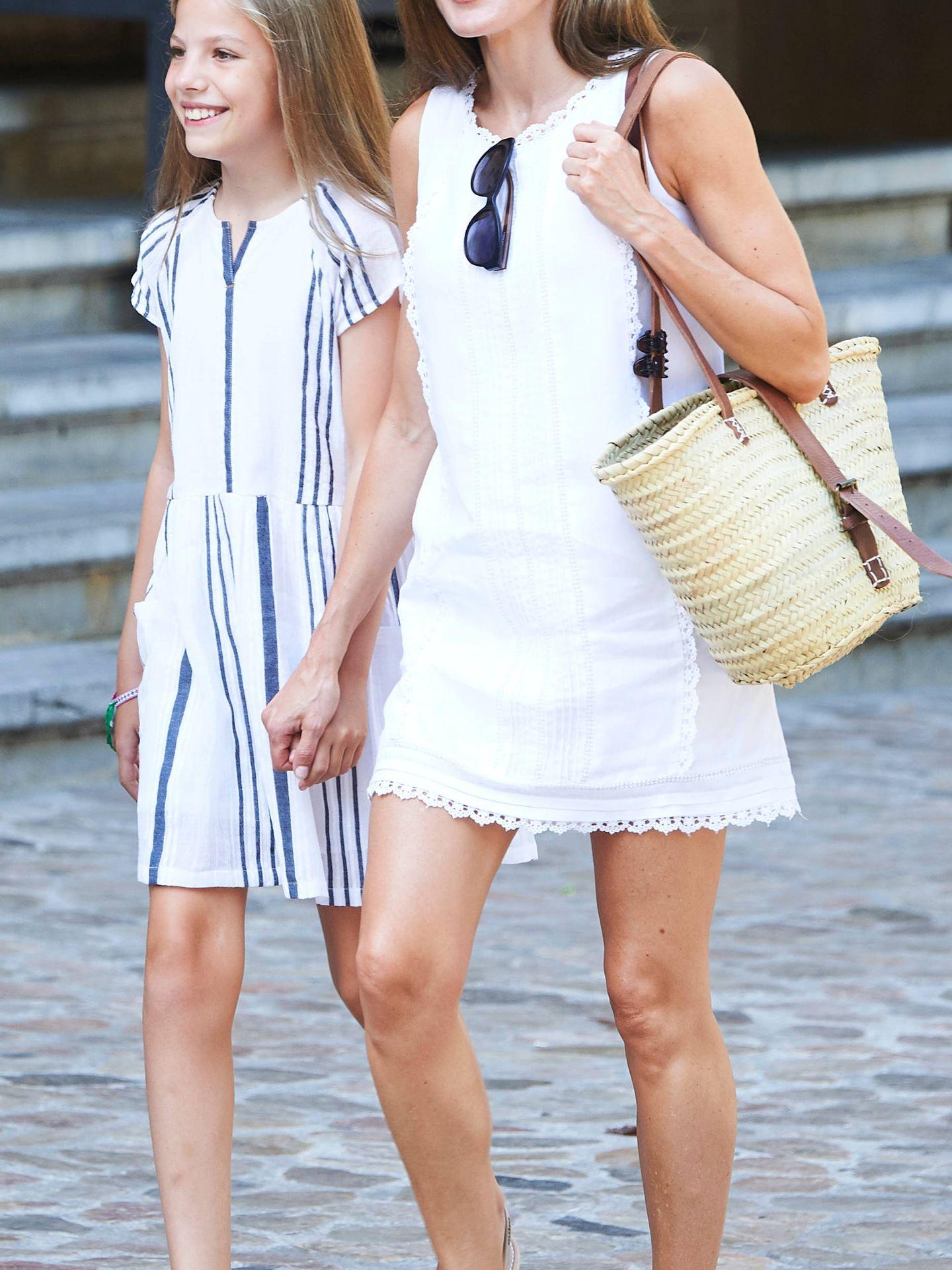 La reina Letizia, paseando por las calles de Mallorca el verano pasado junto a su hija, la princesa Sofía. (Limited Pictures)