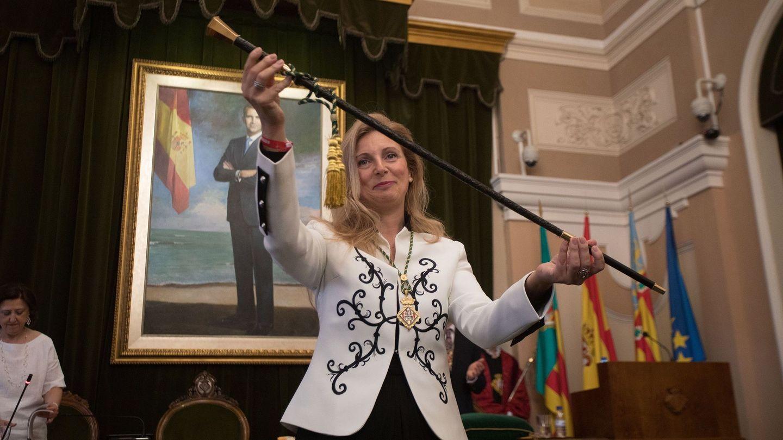 La alcaldesa de Castellón, Amparo Marco, muestra la vara de mando tras haber sido reelegida por mayoría absoluta. (EFE)