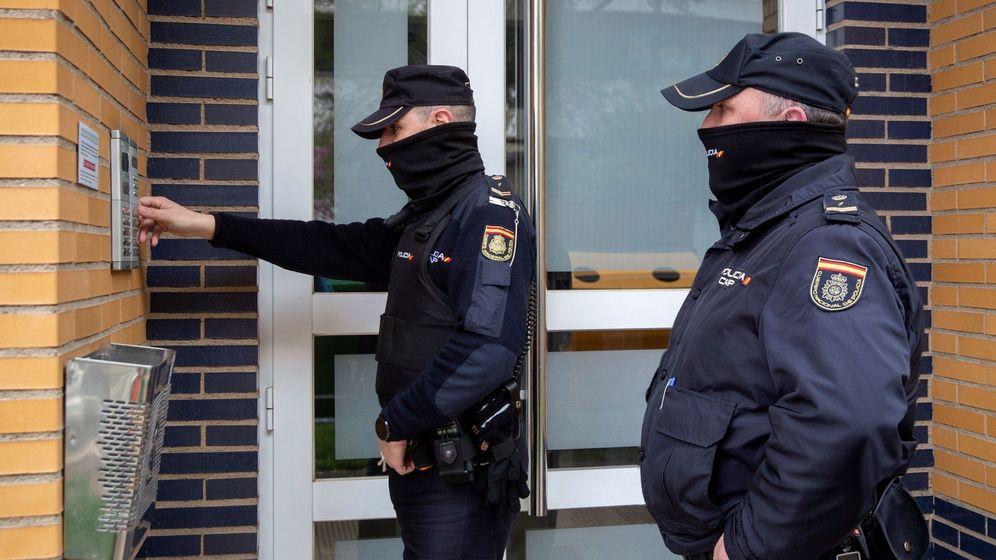 Foto: Agentes de la Policía Nacional patrullando en Logroño. (EFE)