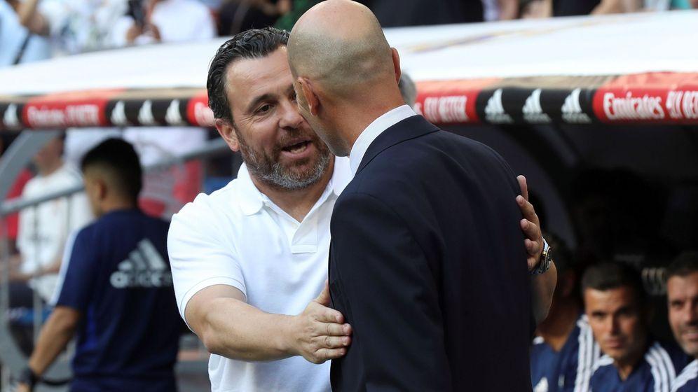 Foto: Sergio González, entrenador del Valladolid, saluda a Zidane antes del partido en el Bernabéiu. (Efe)