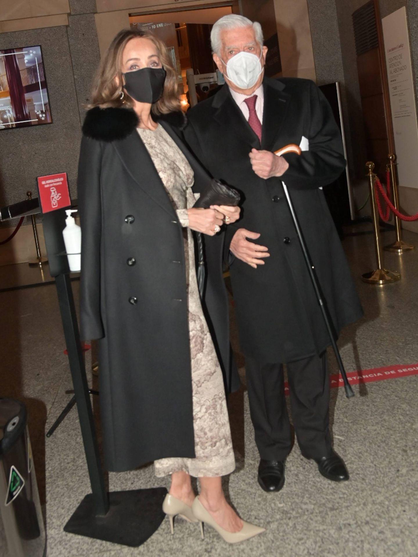 Isabel Preysler y Mario Vargas Llosa entrando al Teatro Real. (Cordon Press)