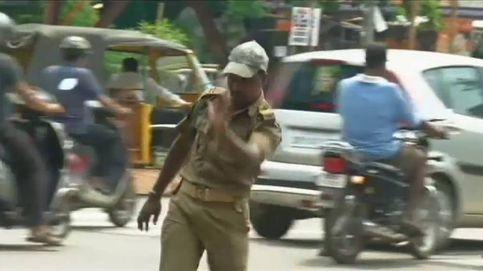 Un agente de policía en La India controla el tráfico con movimientos de baile