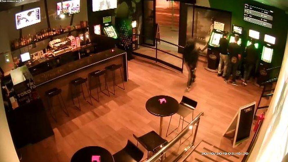 Las cámaras de seguridad graban un peculiar atraco a un bar de Alicante
