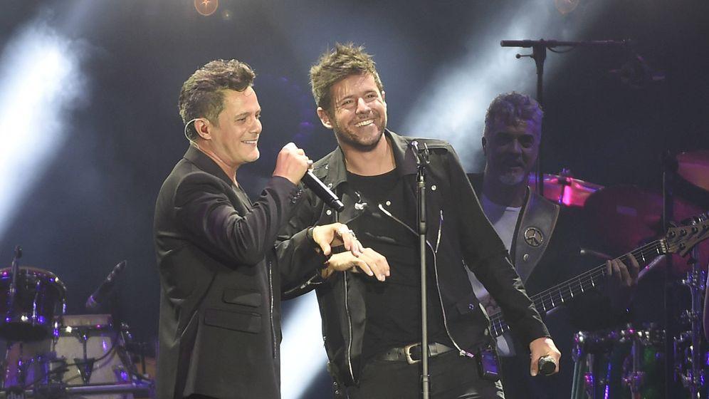 Foto: Alejandro Sanz con Pablo López en su concierto. (Gtres)