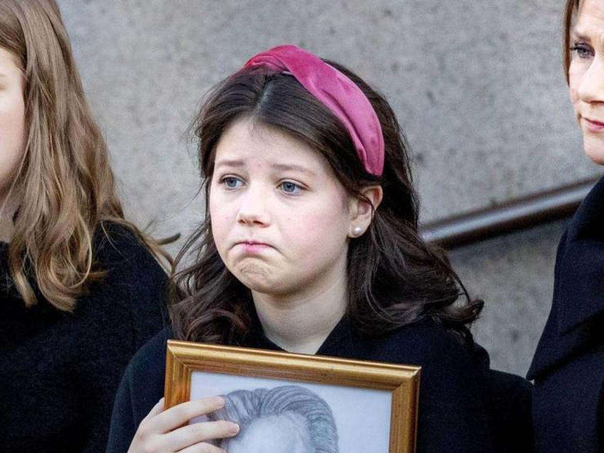 Foto: Maud Angelica, sosteniendo un retrato de su padre, Ari Behn, en el funeral de este. (Cordon Press)