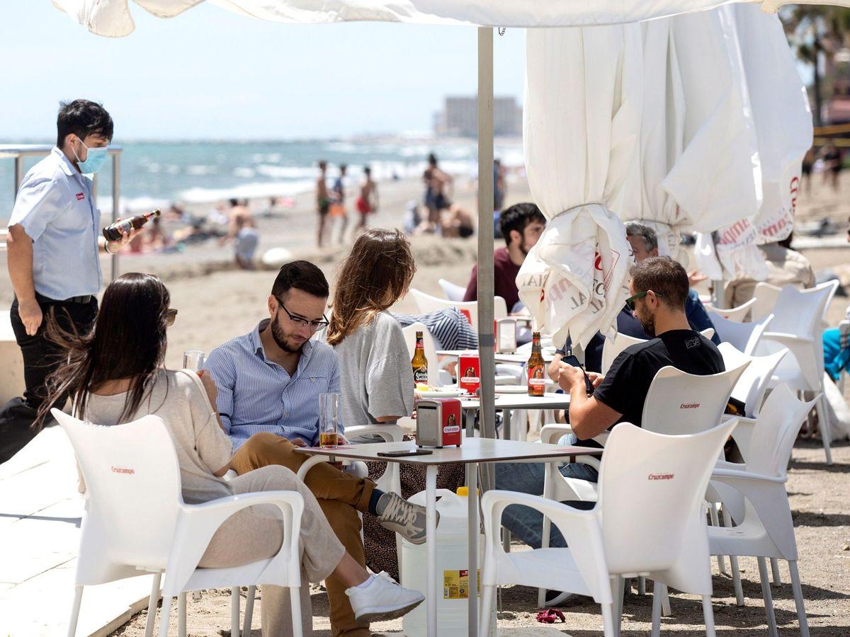 Foto: Una terraza de un bar en Málaga. (EFE)