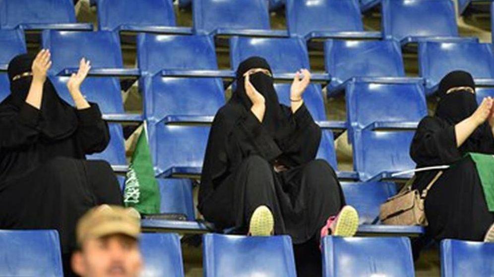Foto: Mujeres saudíes, durante un partido de fútbol en su país tras permitirles entrar en los estadios.
