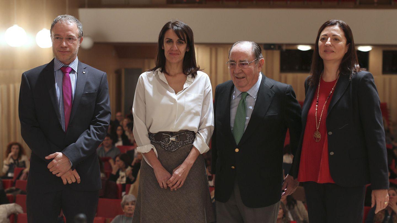 La presidenta de la Asociación Española de Abogados de Familia, Dolores Lozano, con Luis Zarraluqui Sánchez (2d), Marta Bolívar Laguna (2i) y Pablo Rodríguez Hoyos (i). (EFE)
