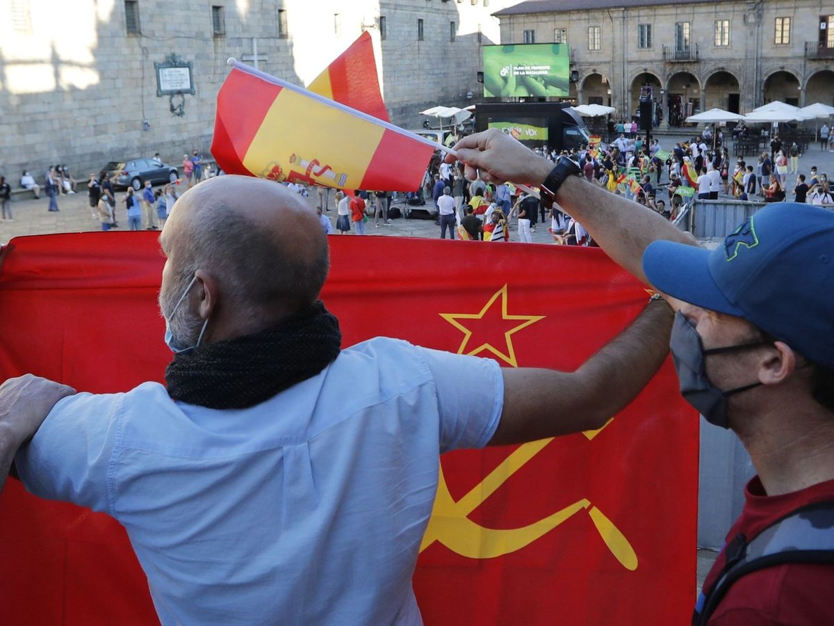Foto: Hombre sosteniendo una bandera comunista. (EFE)