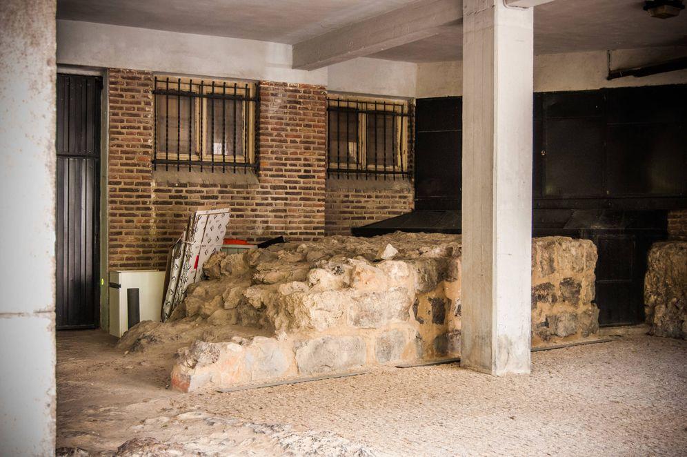 Foto: El garaje de Bailén 12: muralla árabe con cubo de basura al fondo. (Carmen Castellón)