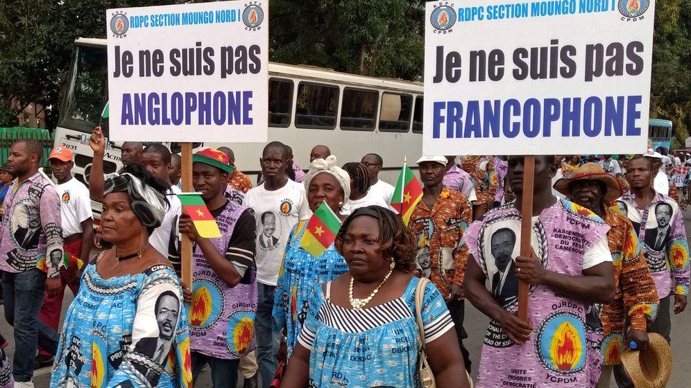 Foto: Protestas contra el movimiento separatista de las regiones anglófonas camerunesas, en la ciudad francófona de Duala, Camerún, el 1 de octubre de 2017. (Reuters)