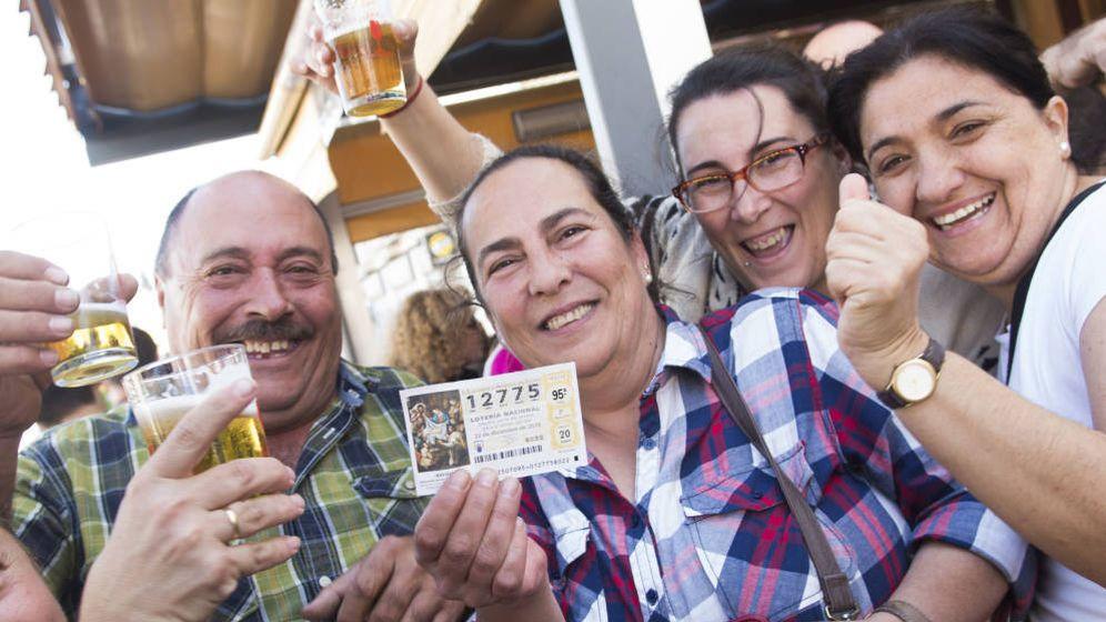 Foto: Un grupo de afortunados en la Lotería de Navidad celebra el premio. (EFE)