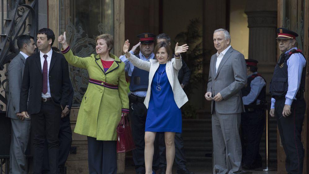 Foto: La presidenta del Parlament, Carme Forcadell (d), y la secretaria de la Mesa Anna Simó (i), saludan a los simpatizantes que se han congregado en la puerta este lunes. (EFE)