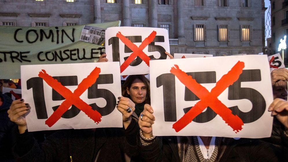 Foto: Concentración en Barcelona en protesta por la aplicación del artículo 155. (EFE)
