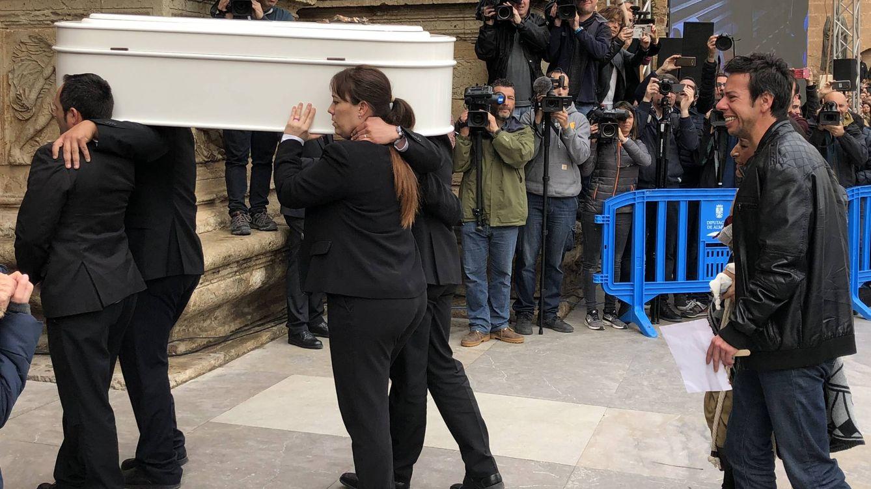 Foto: Cientos de personas a las puertas de la catedral de Almería para despedir a Gabriel