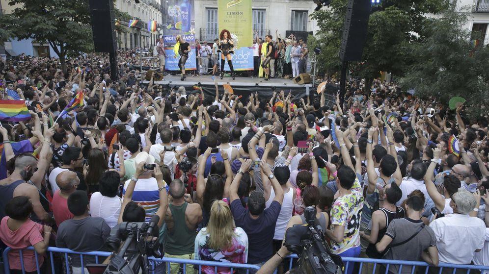 Foto: Cientos de personas se concentran en la plaza de Chueca, en el centro de Madrid, para escuchar el pregón de las fiestas del Orgullo. (EFE)