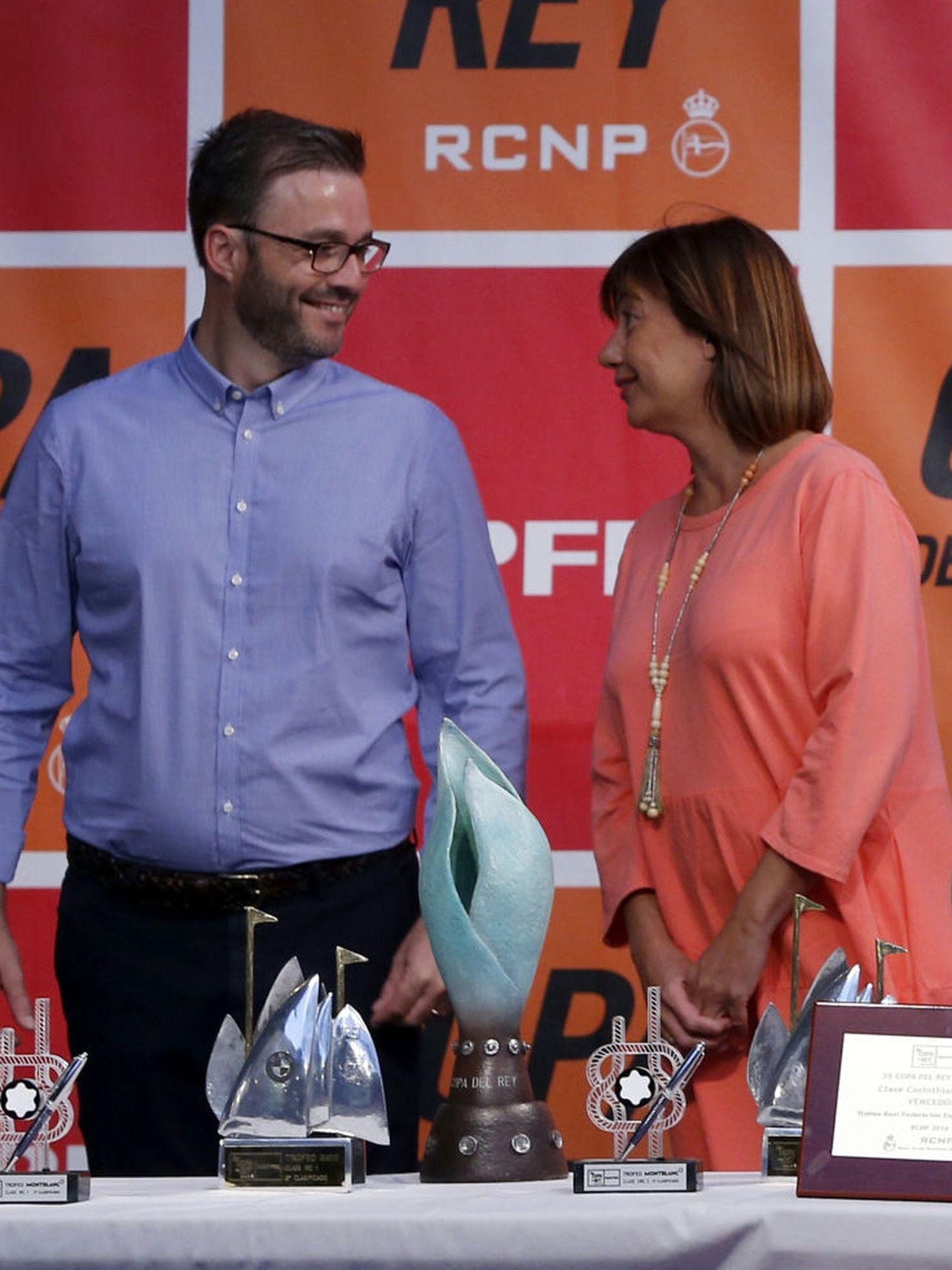 La presidenta de Baleares, Francina Armengol, y Pepe Hila en agosto de 2016, cuando este era aún alcalde de Palma. (EFE)