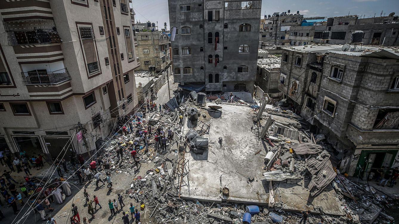 Foto: Escenas de destrucción en Gaza tras un bombardeo israelí. (EFE)