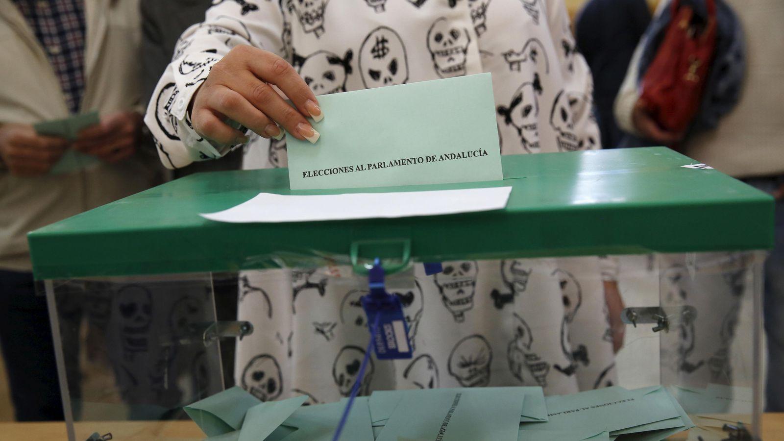 Foto: Una chica introduce su papeleta en las pasadas elecciones andaluzas. (Reuters)