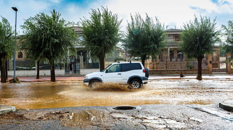 Un coche circula por una calle inundada en el municipio de Guadamur, Toledo. (EFE)