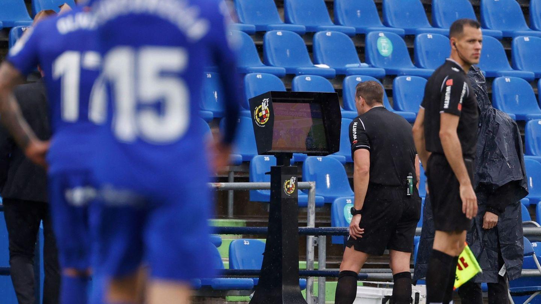 El árbitro Javier Alberola comprueba una jugada en el VAR durante un Getafe- Eibar. (EFE)