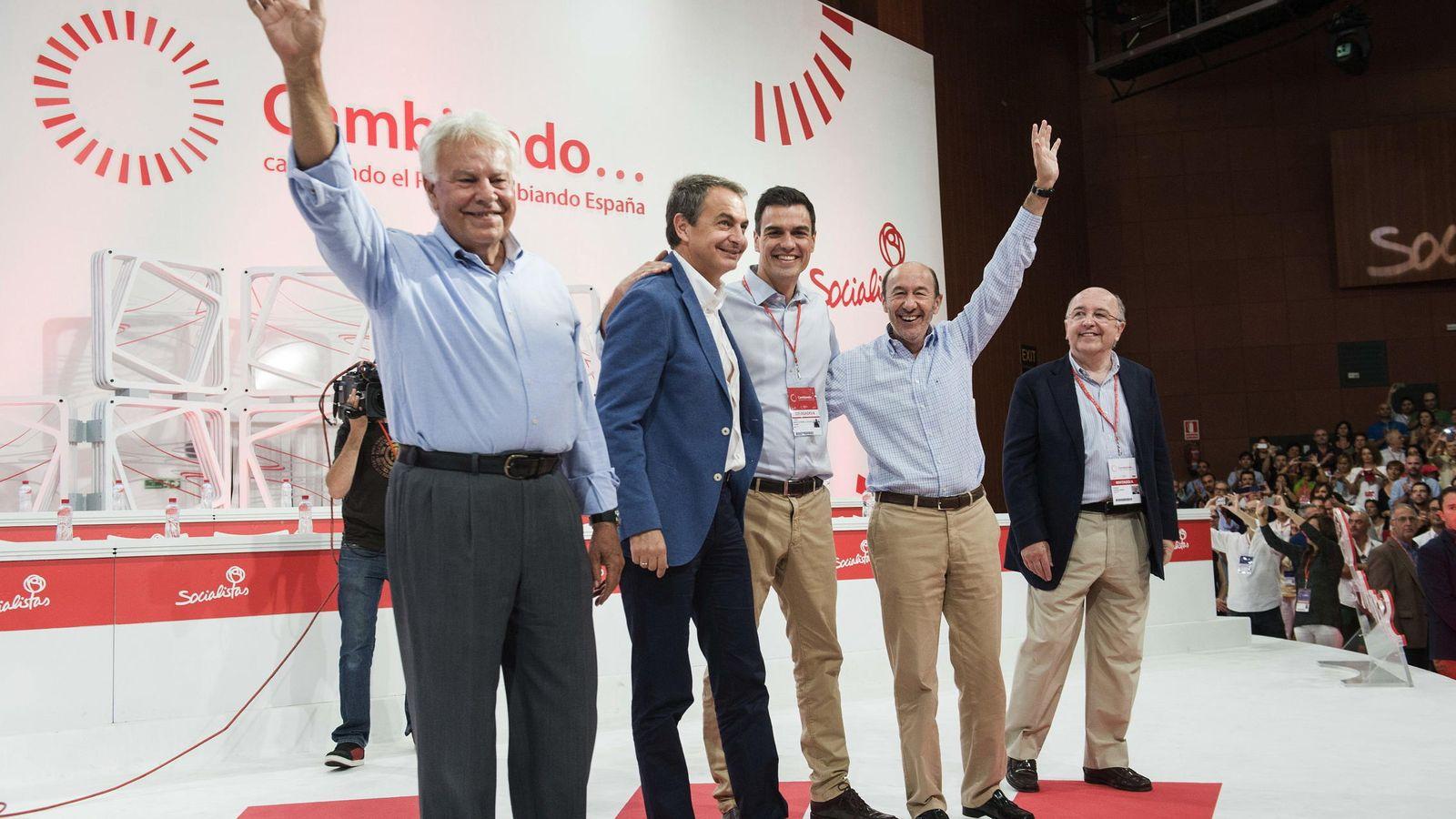 Foto: Sánchez, con González, Zapatero, Rubalcaba y Almunia, en el cierre del último congreso extraordinario del PSOE, el 27 de julio de 2014. (EFE)