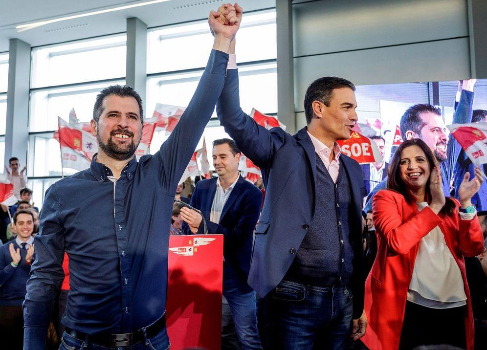 Foto: Pedro Sánchez, con el líder castellanoleonés y candidato a la Junta, Luis Tudanca, y la portavoz del comité electoral, Esther Peña, este 13 de enero en Burgos. (EFE)