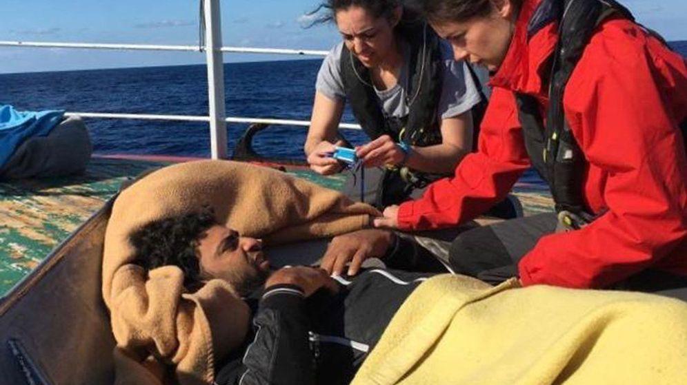 Foto: El Open Arms alcanza al Madre Loreto y comienza a prestarle ayuda. (EFE)