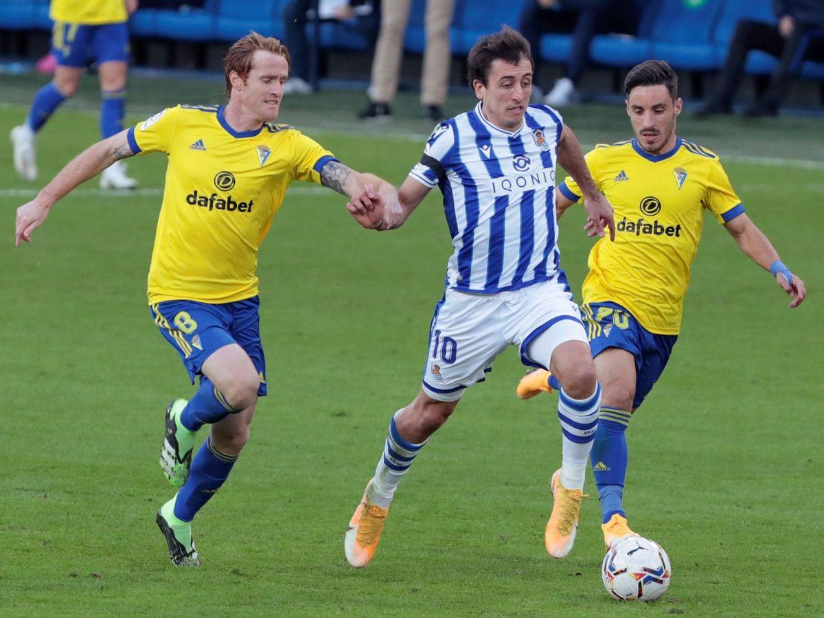 Foto: El capitán de la Real Sociedad, Mikel Oyarzabal, en el partido contra el Cádiz. (EFE)