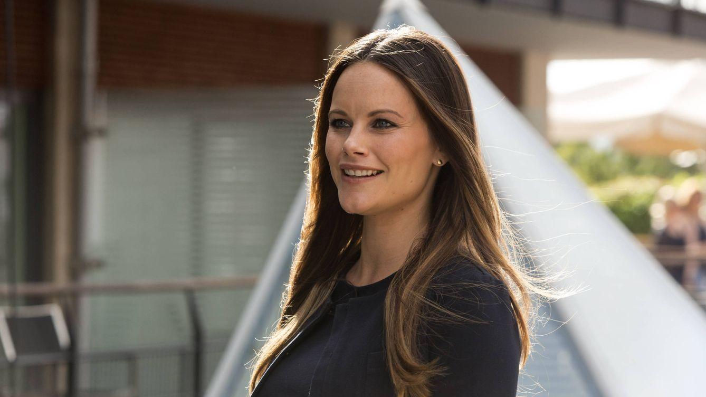Sofía Hellqvist reaparece: vestido de lunares, nuevo peinado y una gran sonrisa