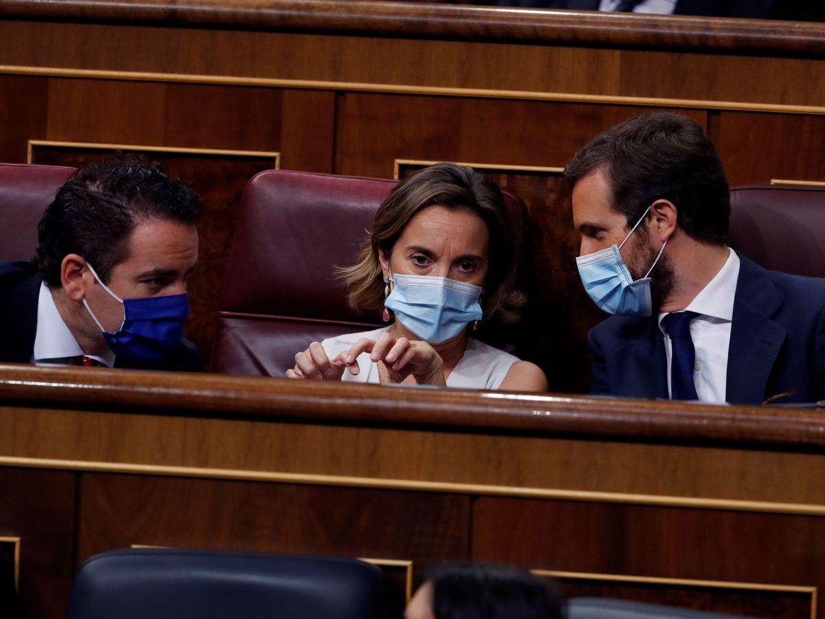 Foto: El líder del PP; Pablo Casado (d) conversa con su portavoz, Cuca Gamarra (c) y el secretario general del partido, Teodoro García Egea (i). (EFE)