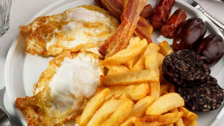 Huevos fritos bien acompañados.