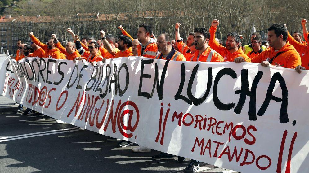Foto: Manifestación de un grupo de estibadores en el puerto de Bilbao. (Efe)