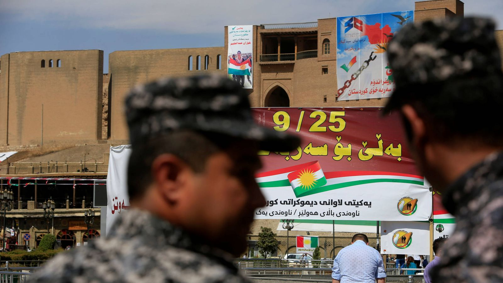 Foto: Policías kurdos observan una carteles a favor del referéndum, en Erbil. (Reuters)