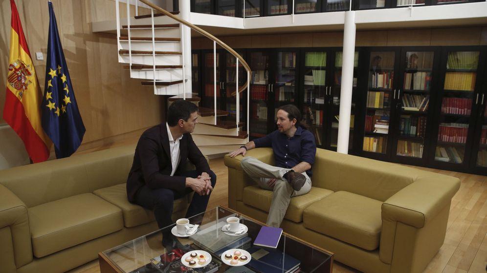 Foto: Pedro Sánchez y Pablo Iglesias, reunidos en el Congreso, durante las negociaciones de investidura, en marzo de 2016. (EFE)