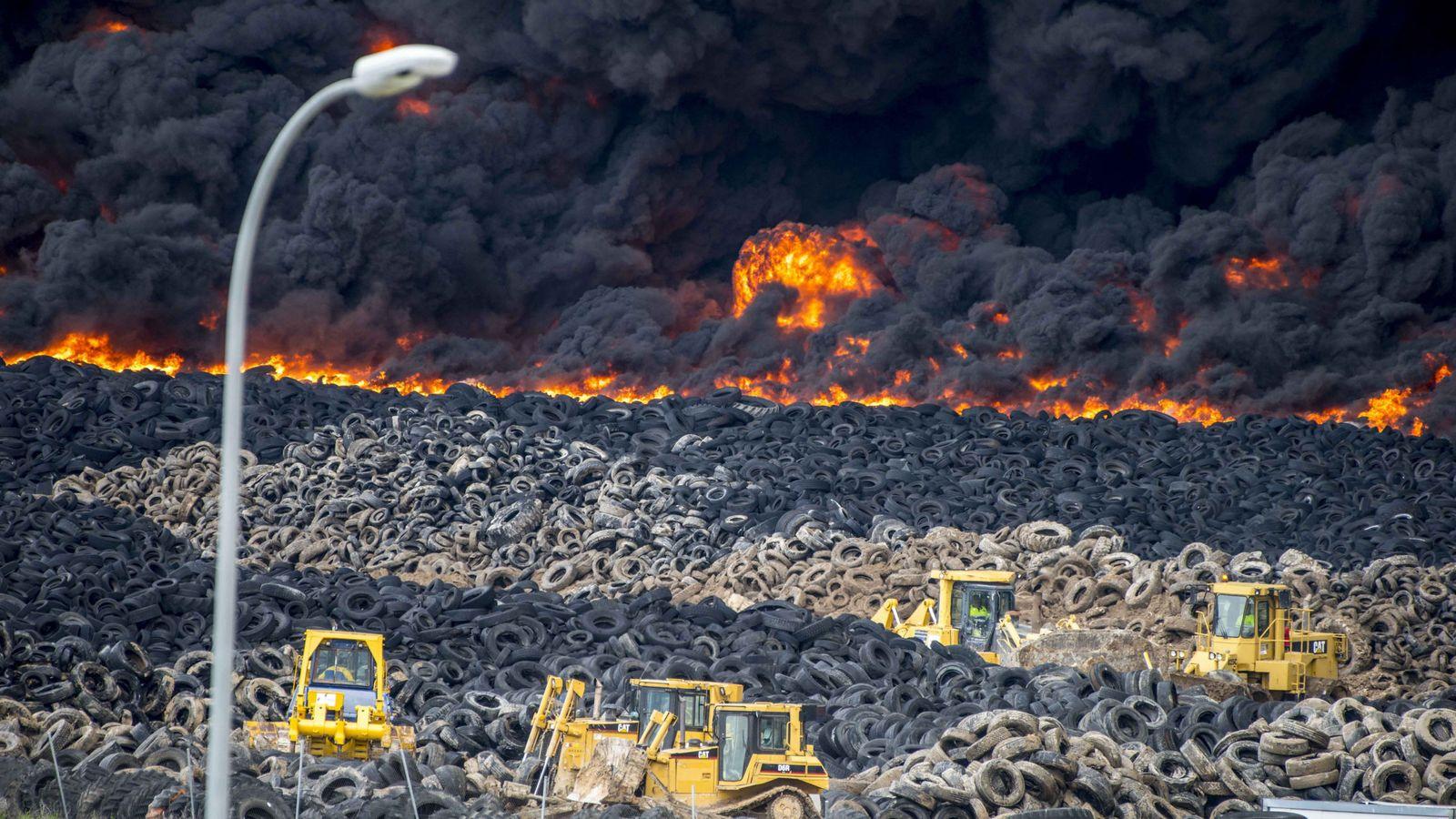 Foto: Se incendia el cementerio de neumÁticos de seseÑa,que acumula unas 100.000 tm